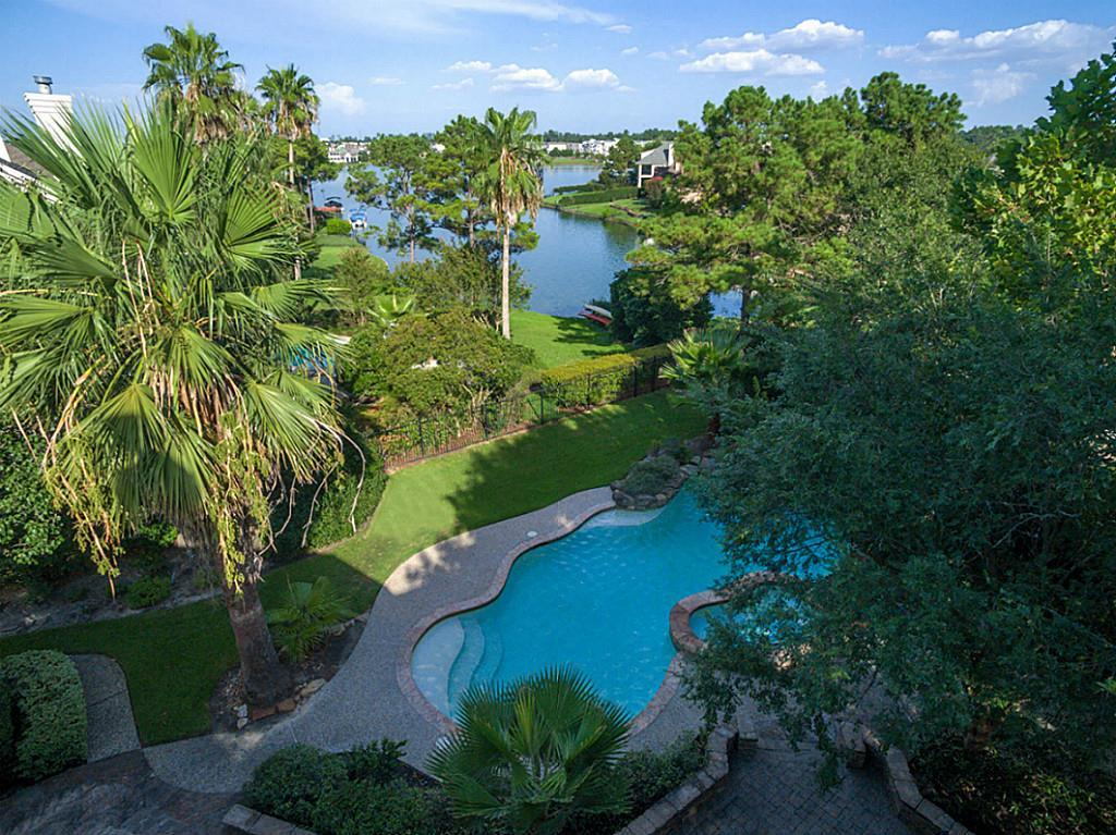 Photo of home for sale at 42 Harbor Cove Drive, The Woodlands TX