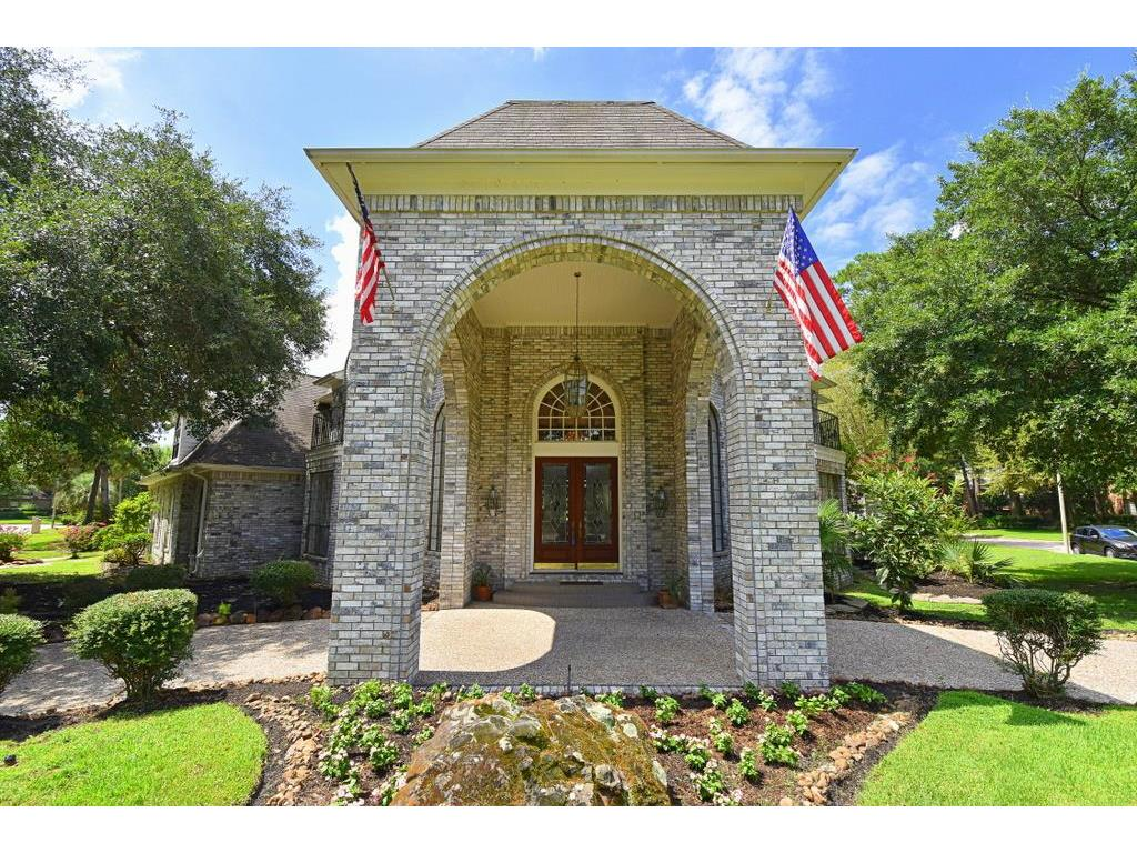 Photo of home for sale at 4714 Breezy Point Drive, Kingwood TX