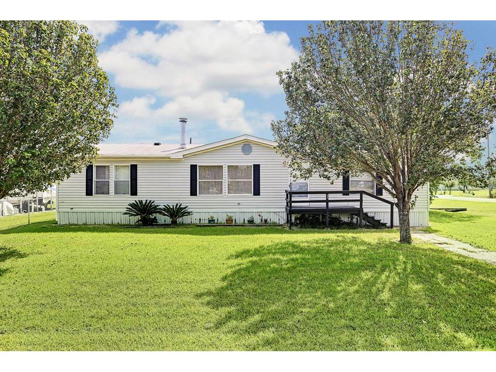 Photo of home for sale at 641 Crystal Lane, Dickinson TX