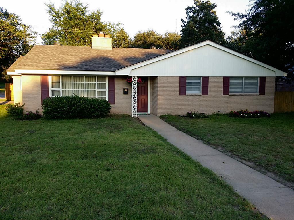 Photo of home for sale at 1111 Esther Boulevard, Bryan TX