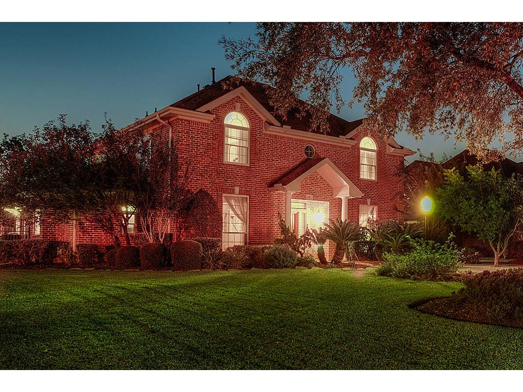 Photo of home for sale at 4 Marys Creek Lane, Friendswood TX