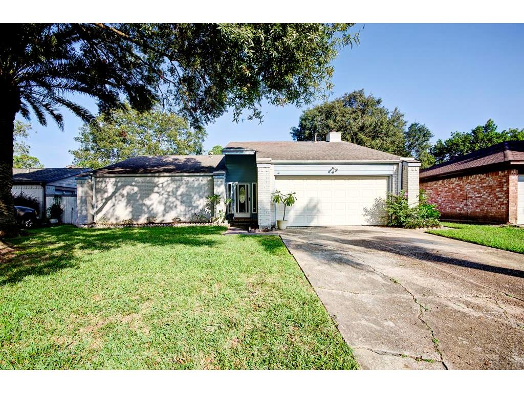 Photo of home for sale at 16319 Mill Point Drive, Houston TX