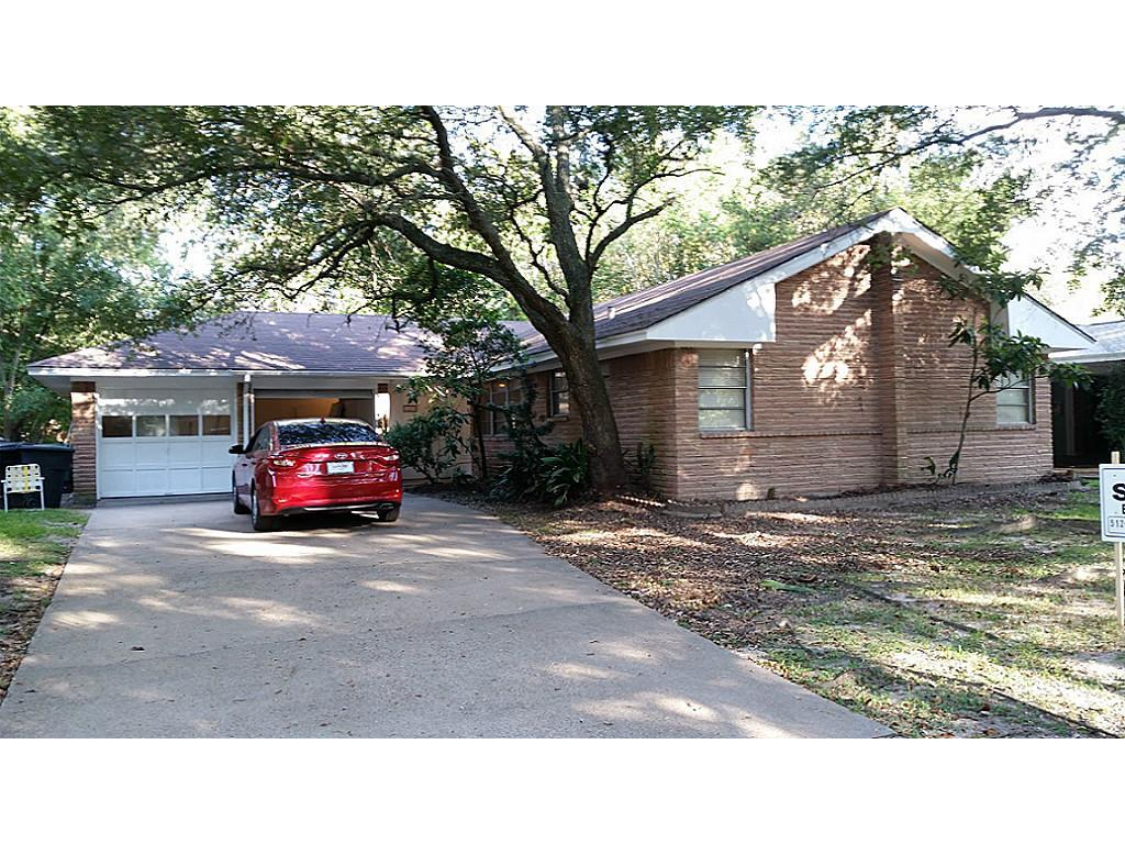 Photo of home for sale at 11233 Cliffwood Drive, Houston TX