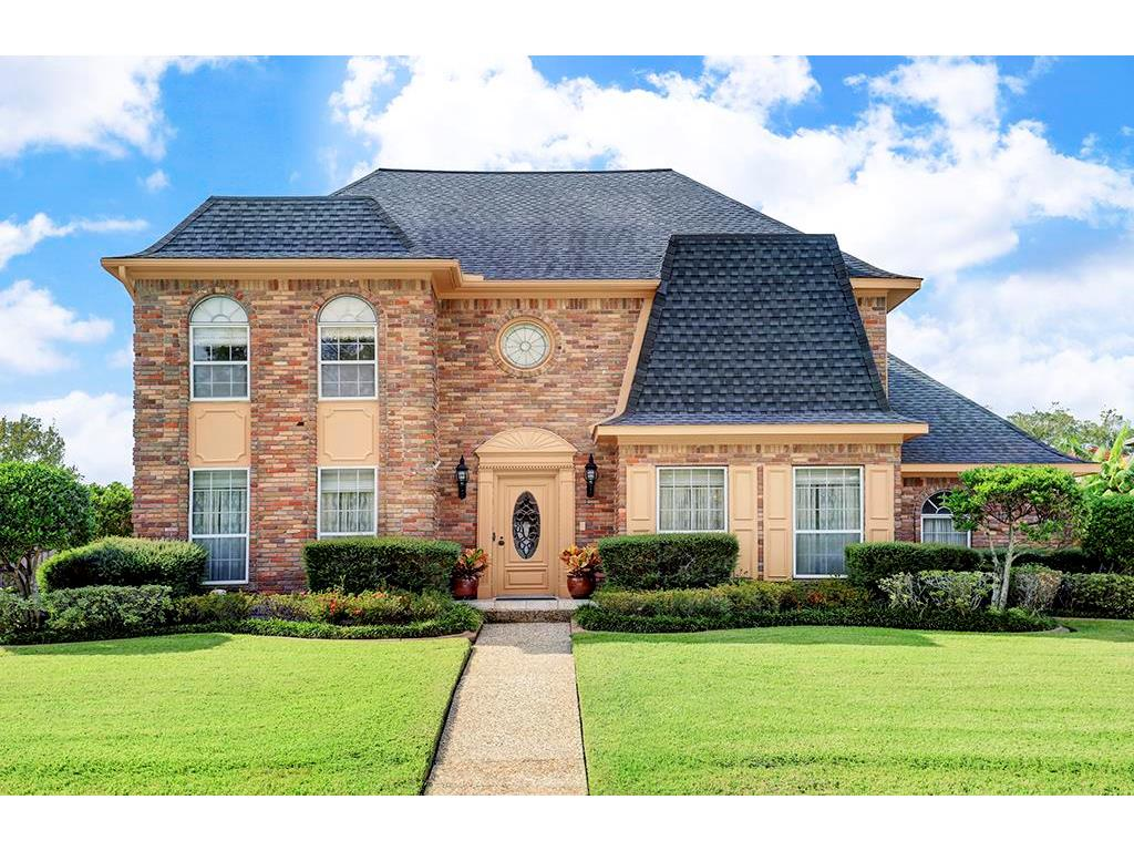 Photo of home for sale at 518 Longview Drive, Sugar Land TX