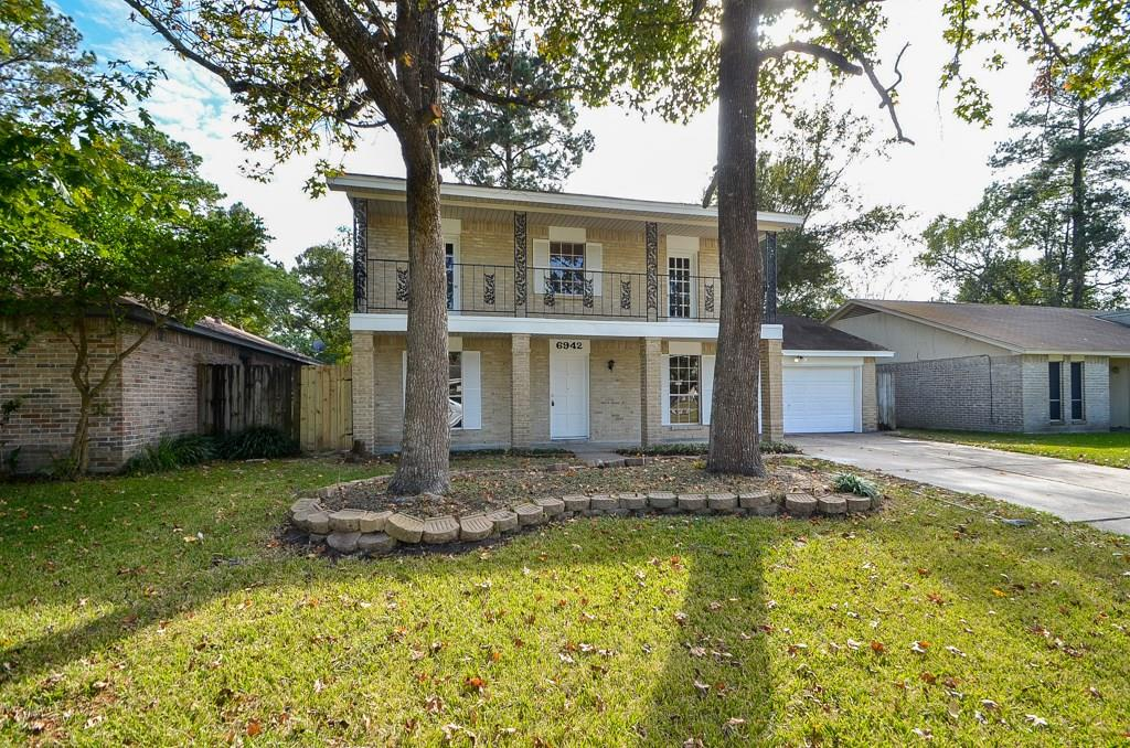 Photo of home for sale at 6942 Foxhurst Lane, Humble TX