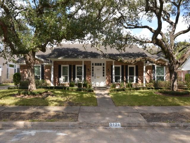 Photo of home for sale at 5134 Loch Lomond Drive, Houston TX