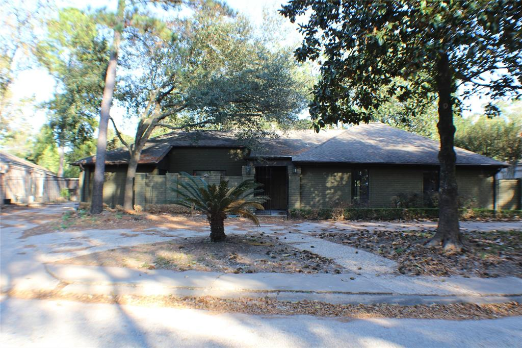 Photo of home for sale at 15 Briar Hill Drive, Houston TX