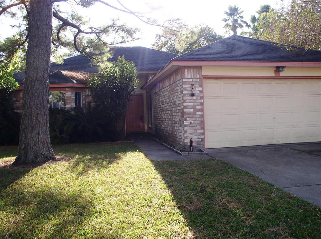 Photo of home for sale at 16339 Chimneystone Drive, Houston TX