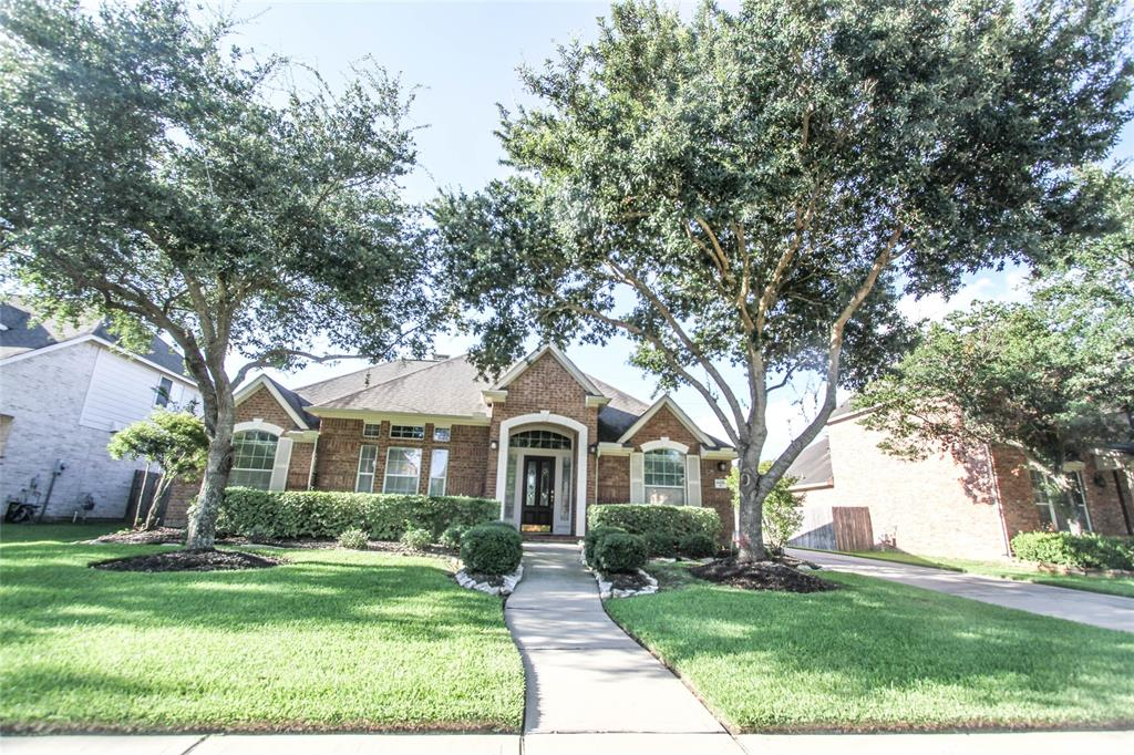 Photo of home for sale at 6006 Briar Hill Court, Sugar Land TX