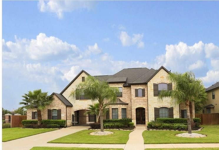 Photo of home for sale at 2506 Baywater Canyon Drive, Pearland TX