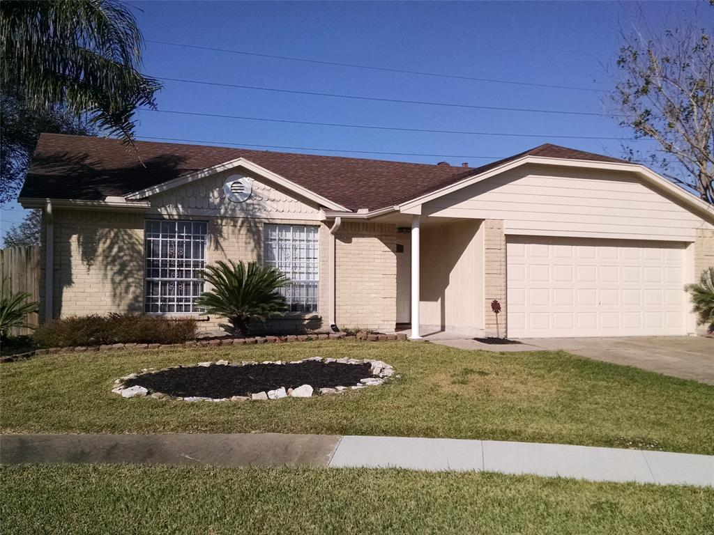 Photo of home for sale at 2907 Helmsley Drive, Pearland TX