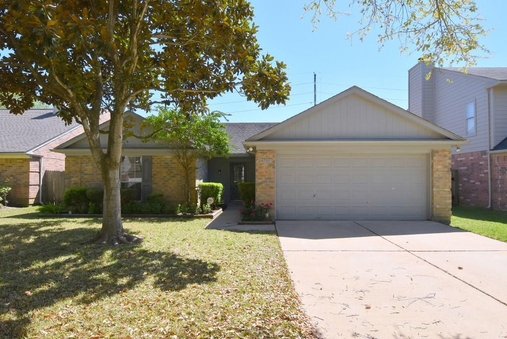 Photo of home for sale at 4707 Kilmarnoch Way, Missouri City TX