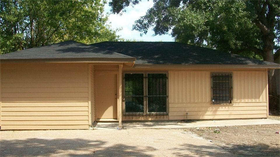 Photo of home for sale at 6617 Kassarine Pass, Houston TX