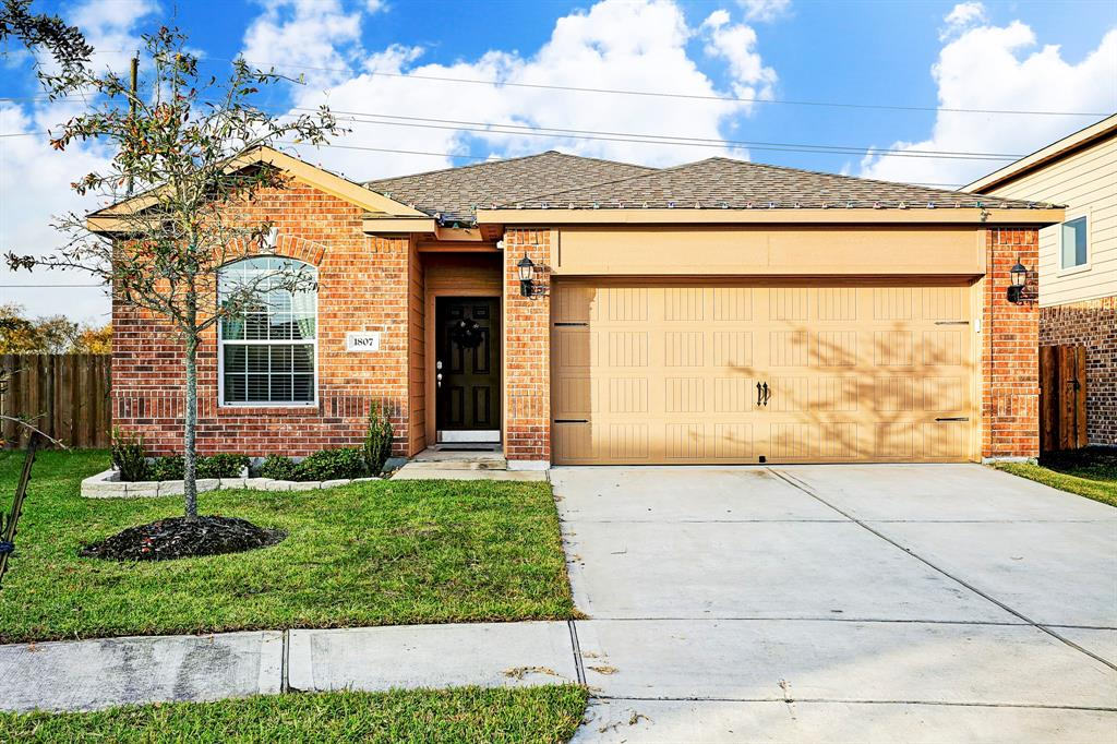 Photo of home for sale at 1807 Garnet Breeze Drive, Rosharon TX