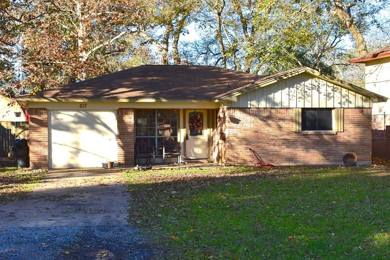 Photo of home for sale at 517 McKay Loop, Clute TX