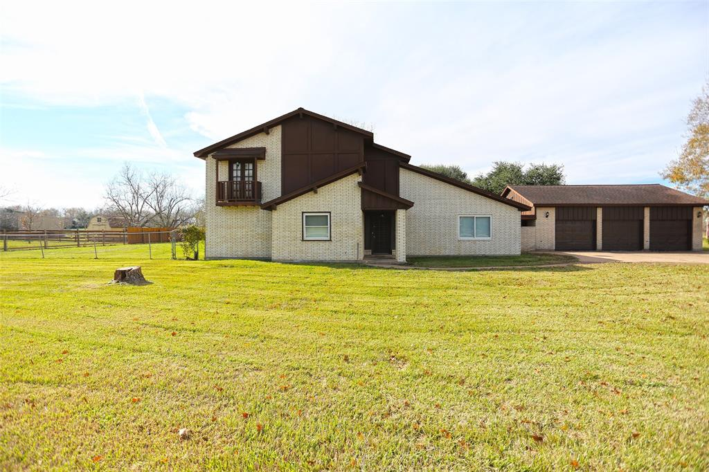 Photo of home for sale at 915 Baker Road, Rosenberg TX