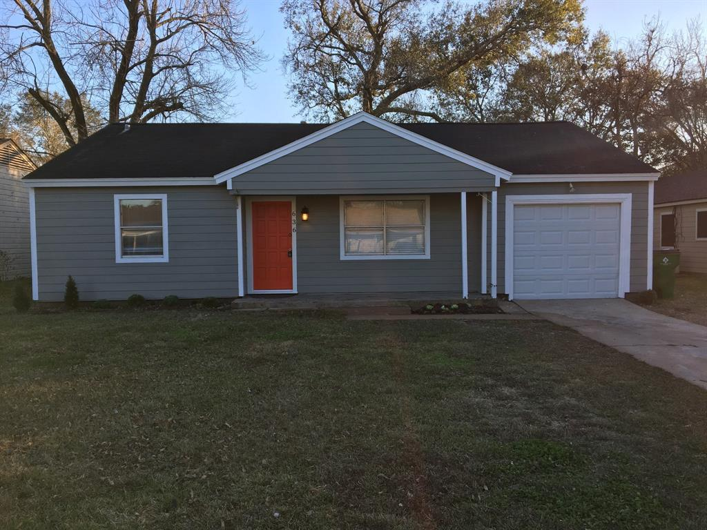 Photo of home for sale at 636 Kyle Street, Angleton TX