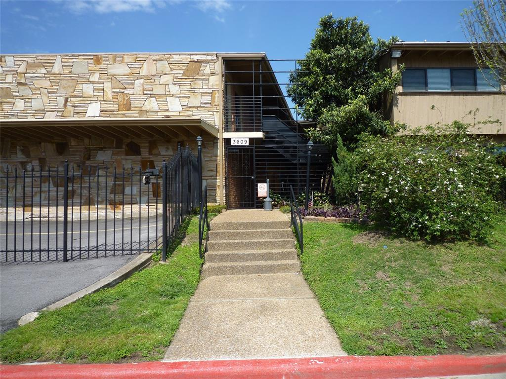 Photo of home for sale at 3809 Braeswood Boulevard N, Houston TX