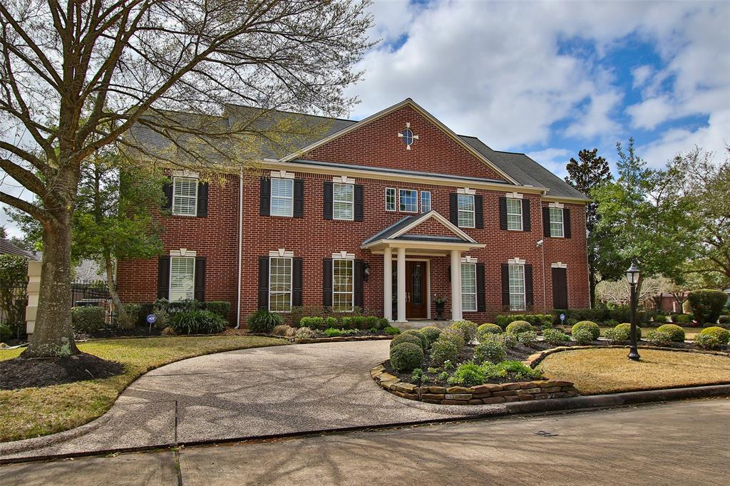 Photo of home for sale at 5 Champions Bend Circle, Houston TX