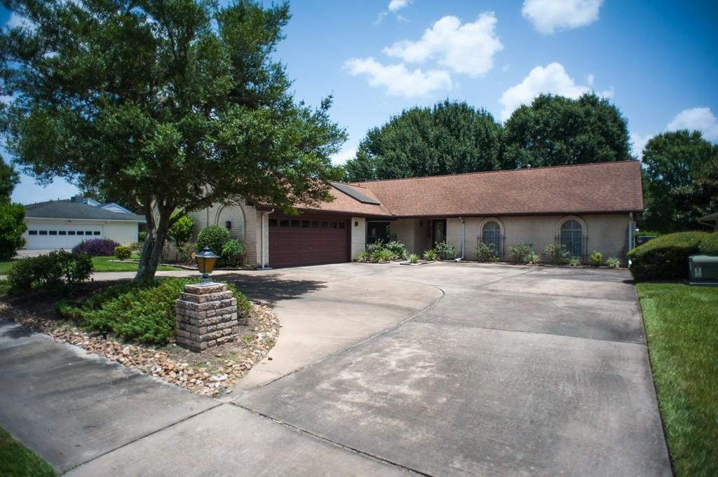 Photo of home for sale at 2309 Fairway Circle, Pearland TX