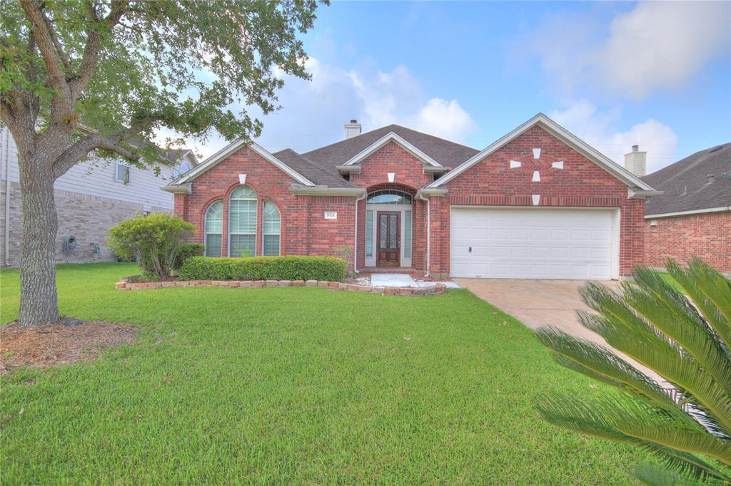 Photo of home for sale at 9104 Sunrise Trail, Pearland TX