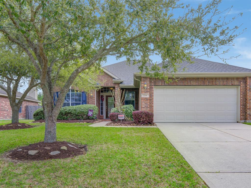 Photo of home for sale at 2216 Mangrove Bend Drive, League City TX